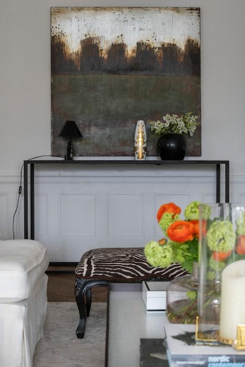 Sideboard, Posh living, liten lampa, Pierre & Peter's, vasen med gulddekor är 50-talsdesign av Bjørn Wiinblad. Pall från Oscar & Clothilde.
