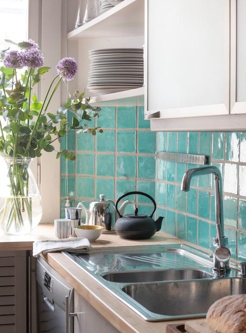 Köksinredningen är från Poggenpohl. Det aquafärgade kaklet är en pigg accent i det ljust gråmålade köket.