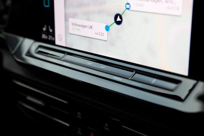 Knapparna under bildskärmen är svåra att se och hantera. Andra Volkswagensyskon har löst det bättre.