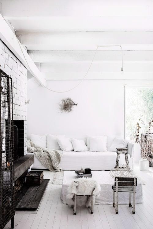 Familjen samlas ofta för filmkvällar i den stora soffan Ghost från Gervasoni. Grovstickad pläd från Barefoot gypsy. Soffbordet är hemmagjort av madrasser och ett överdrag.