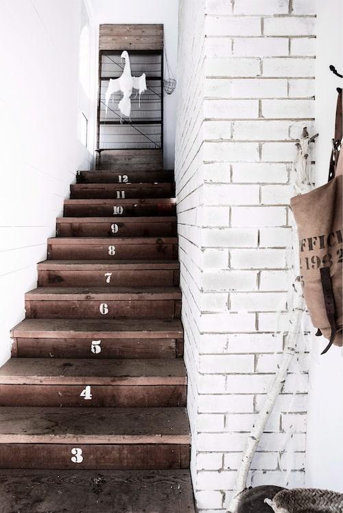 Den fint patinerade trappan har piffats upp med hjälp av siffermallar köpta på Sibella Courts butik The society inc.