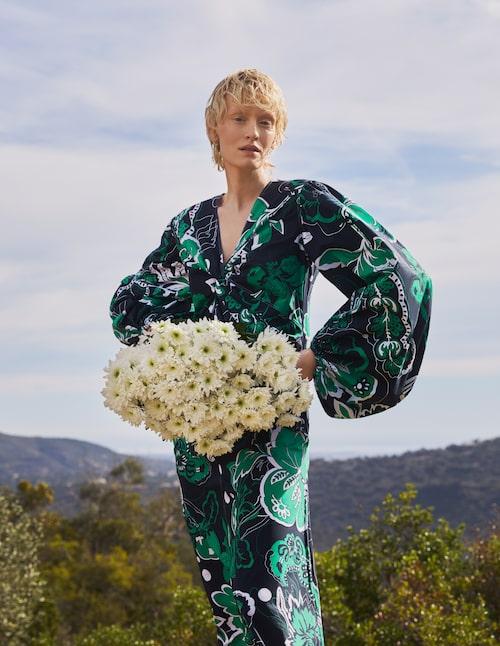 Mönstrad klänning med ballongärm av bomull, 3 499 kr, By Malene Birger. Örhängen av metall, 130 kr, & Other Stories.