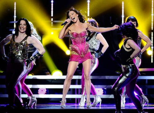 I rosa och nitar på Melodifestivalens scen.