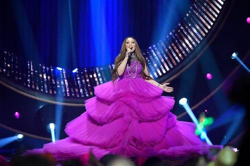 """Charlotte uppträdde som mellanakt i Melodifestivalen 2019 i en coutureklänning av Carolina Rönnberg. """"Det enda man såg på modevisningarna då, var extremt stora klänningar med mycket tyg och volanger. Det blev en jättesuccé måste man ändå säga, och det var kul att visa publiken något helt galet."""""""