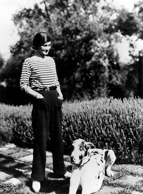 Coco Chanel och hennes hund Gigot porträtterade på hennes sommarställe La Pausa i Roquebrune på Franska Rivieran 1928.