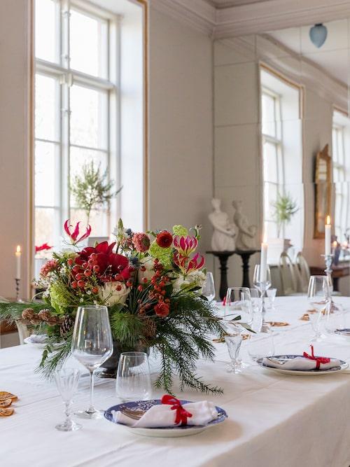 Bordet i stora matsalen är dukat och redo för julbordsgästerna. Under sitt första år på Hoby Kulle har Tove och Benjamin serverat julbord åt 800 gäster.
