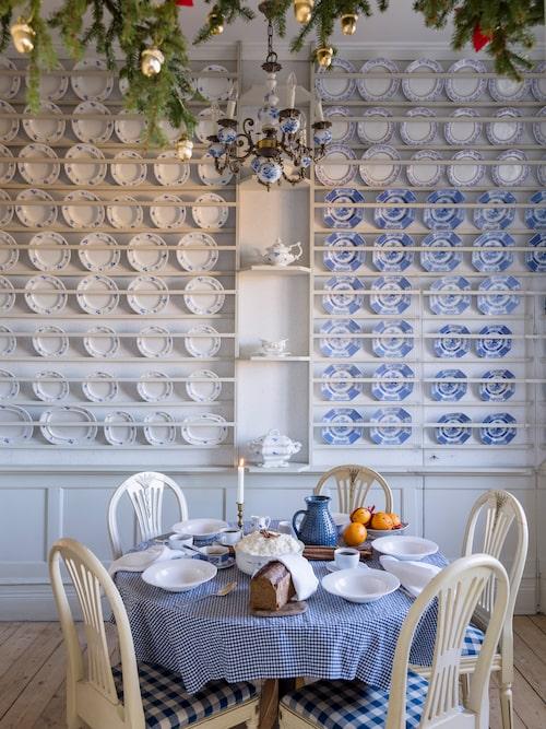 I porslinsrummet är de stänkmålade väggarna täckta med pärlgråmålade tallrikshyllor. Både dekorativt och praktiskt. Rummet används numera även som frukostrum.