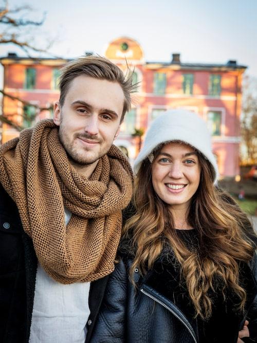 Nyinflyttade Tove och Benjamin har stora planer för sitt gemensamma liv på herrgården. Benjamin har en bakgrund inom Stockholms krogvärld och Tove arbetat med turism i Spanien och Grekland.