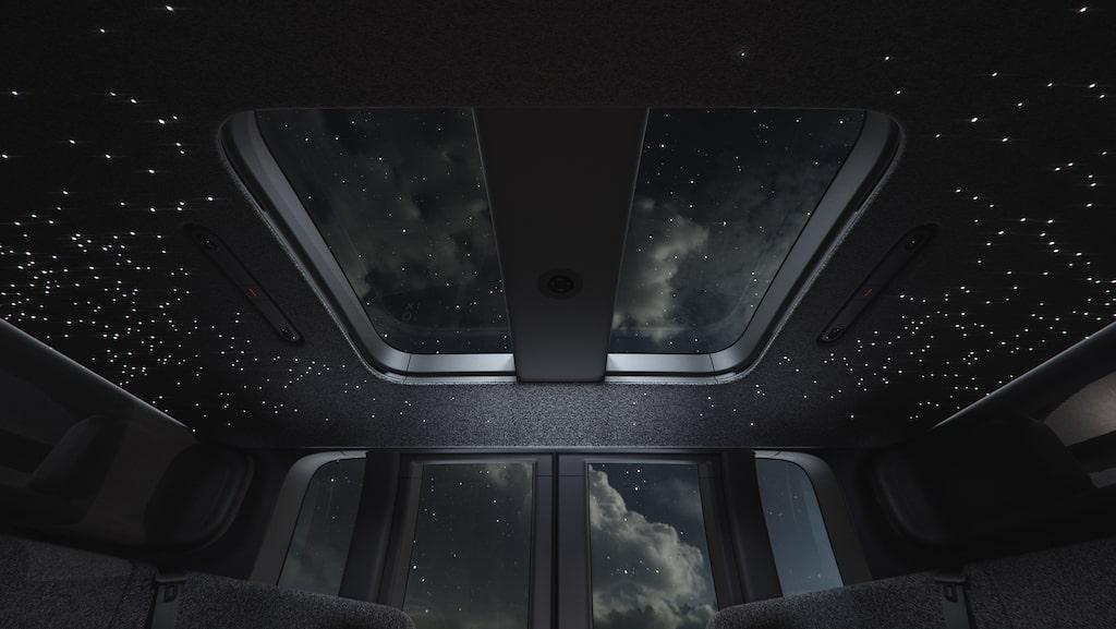 Under färden kan man beskåda taket med en stjärnhimmel à la Rolls Royce.