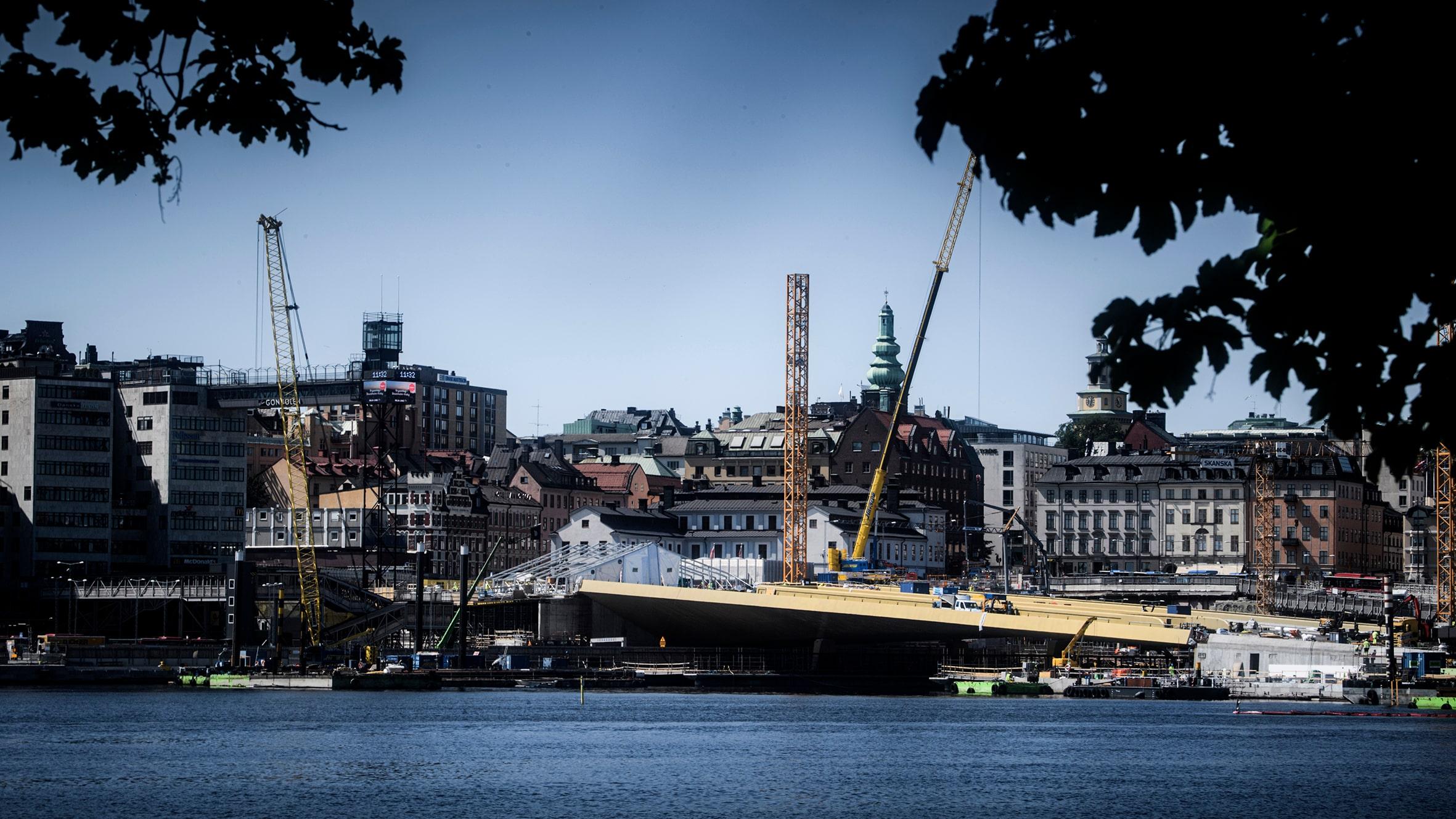 Här inviger kungen, Victoria och Estelle guldbron i Slussen
