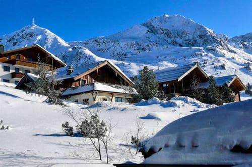 SMÅSKALIG SKIDDRÖM .Många svenskar har en lång relation till de österrikiska skidorterna och uppskattar den genuina känslan, med små alpbyar.