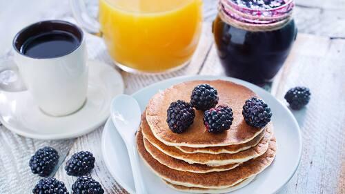 Frukost med juice och kaffe