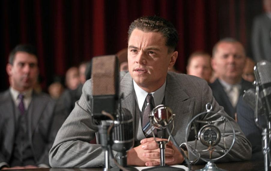 Leonardo DiCaprio är imponerande lik förlagan J Edgar Hoover. Han formligen vibrerar av avund, självgodhet och skam.