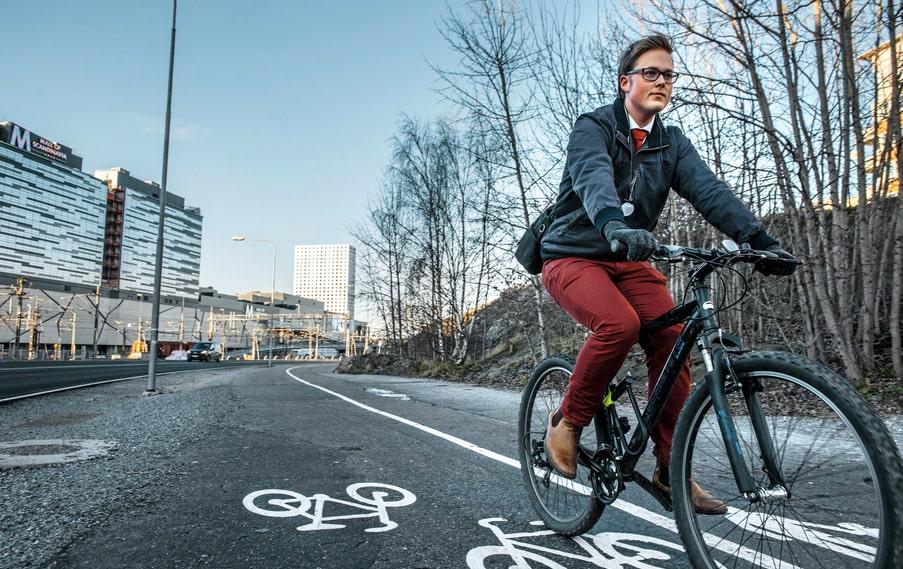 Sebastian Wahlqvist cyklar förbi Mall of Scandinavia varje dag. Nu funderar han på att börja ta pendeltåget.