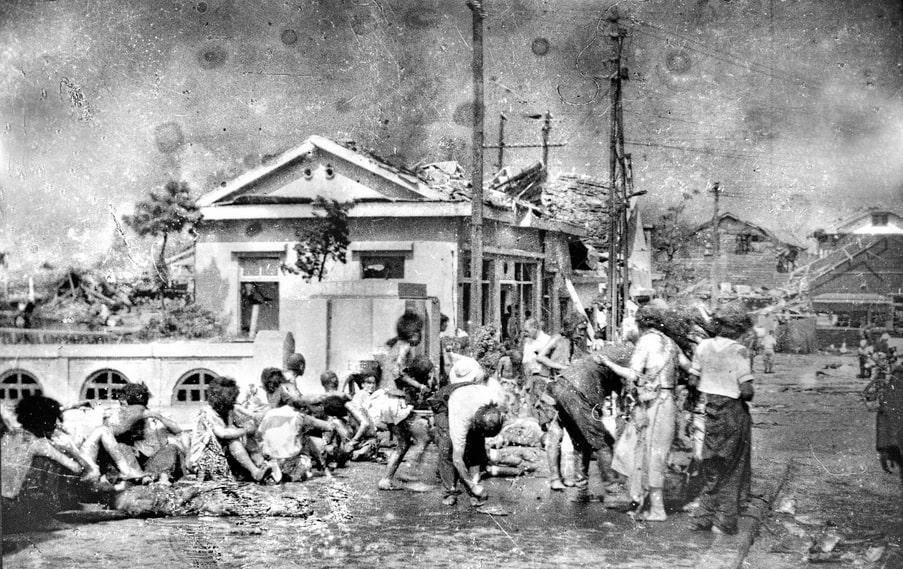 Sunao Tsuboi fotograferad tre timmar efter atombomben av fotografen Yoshito Matsushige på Miyukibron i Hiroshima.