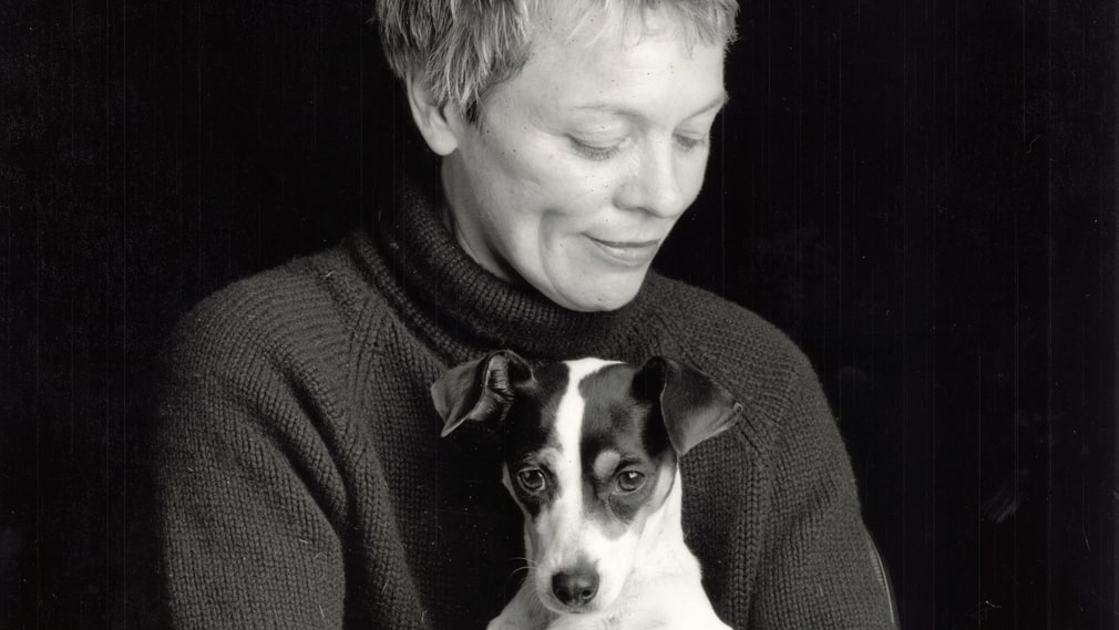 Laurie Anderson med sin hund Lolabelle.