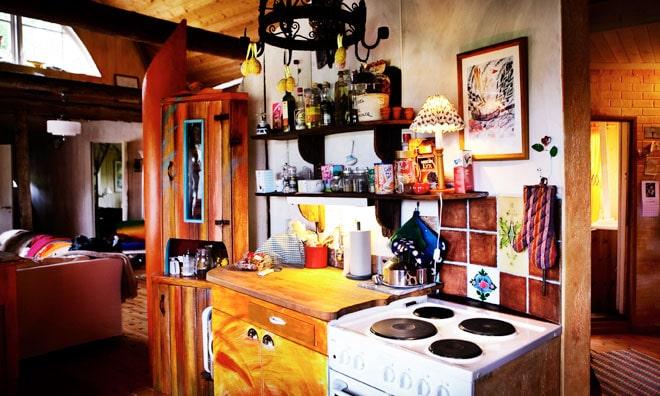 En böjd vägg i konstnären Tor Svaes Alfons Åberg-utställning blev stommen när han byggde sitt eget kök i skärgårdsladan. Formerna är oftast runda eller oregelbundna och färgskalan varmt röd och gul.
