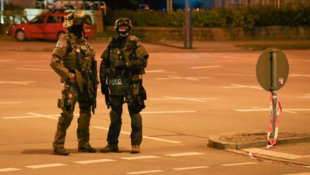 På fredagskvällen var 2 300 poliser inkallade i jakten på gärningsmannen.