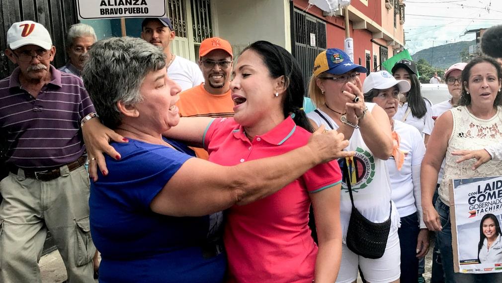 Oppositionspolitikern Laidy Gómez, till höger, får en kram av en supporter.