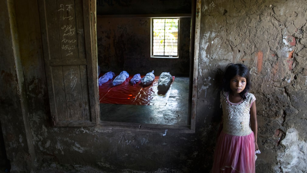 Anisa is playing in the courtyard in Shah Porir Dwip when she discovers the bodies that have been put there for relatives to say goodbye. The boat with the refugees sunk quickly.