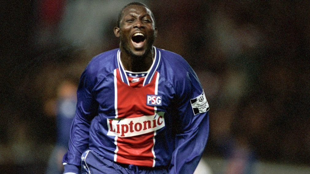 George Weah under en Champions League-match med Paris Saint-Germain 1994.