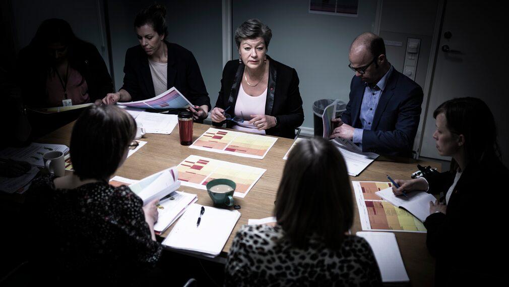 I ett konferensrum på arbetsmarknadsdepartementet möts regelbundet etableringsminister Ylva Johansson (S), statssekreterare Anders Kessling och en handfull tjänstemän för att gå igenom läget.