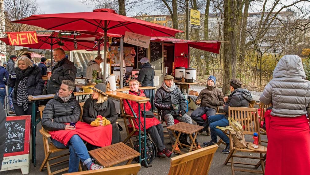 På Kollwitzplatz ligger en ekologisk marknad året om men så här års skrudar den om till julmarknad.