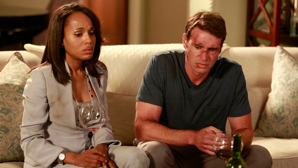 "Olivia Pope (Kerry Washington) och Jake Ballard (Scott Foley) i den amerikanska tv-serien ""Scandal"" tröstar sig med rödvin."