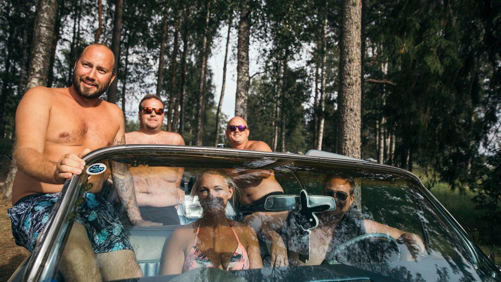 """Tony Thunell, Celina Wahlsberg, Göran Tongring i framsätet och Daniel Bergström och Johan Damberg i baksätet. """"Vi kommer hit en dag varje sommar och har gjort det i tio år nu. Vi dansar inte, men kommer hit för att träffa trevligt folk och umgås. Nästa gång stannar vi hela veckan""""."""