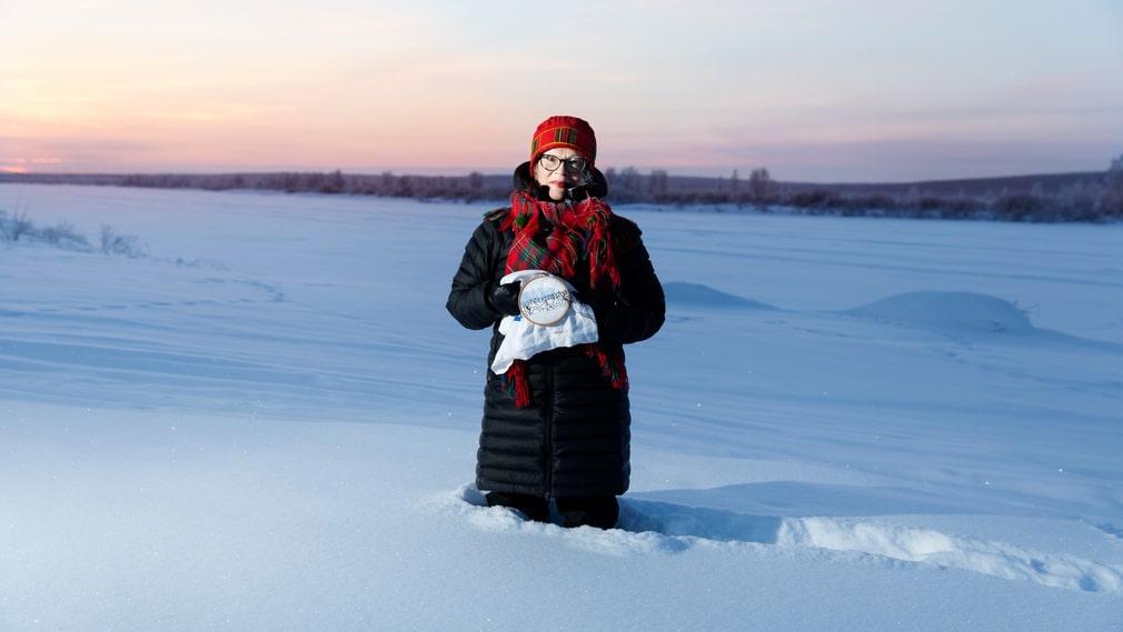 """Britta Marakatt-Labba jobbar som bäst på vintern. """"När vi är till fjälls sommartid laddar jag batterierna och insuper idéer"""", säger hon."""