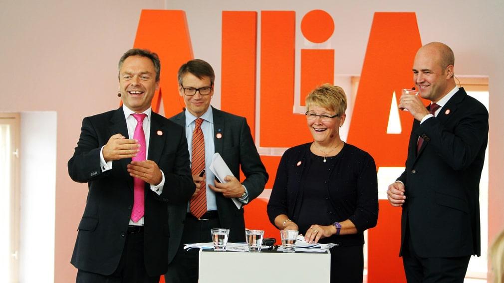 En klänning och tre slipsar. Jan Björklund (FP), Göran Hägglund (KD), Maud Olofsson (C) och Fredrik Reinfeldt (M) håller presskonferens på Färgfabriken i Stockholm inför valet 2010.