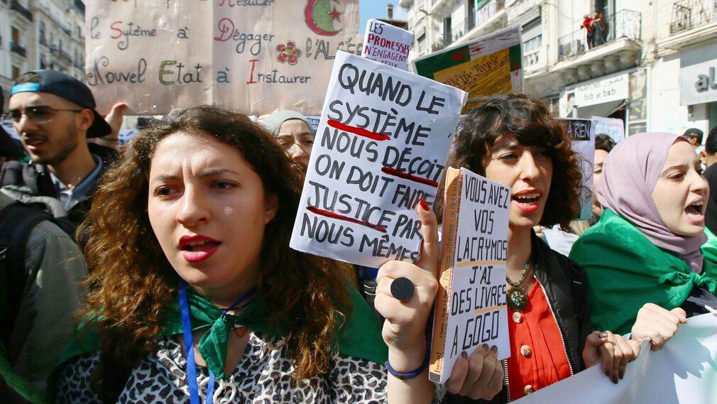 Algeriska studenter demonstrerar på tisdagen.