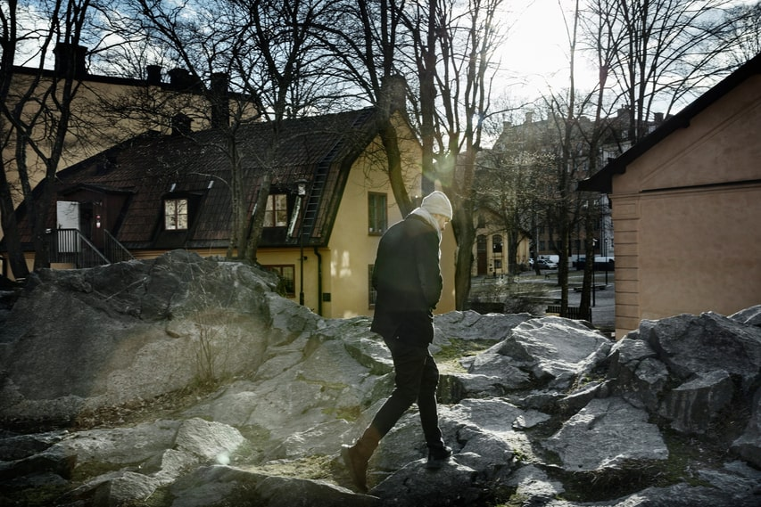 Fricko Broberg is back by the small crevice in Östermalm where in their teens, he, Tim Bergling and friends used to hide smoking cigarettes.