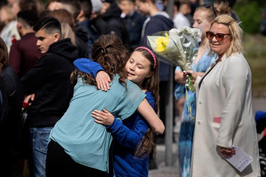 Södertälje, 12 juni 2019. Slut på läsåret – och grundskolan. Greta Thunberg kramas om av andra elever vid skolavslutningen.