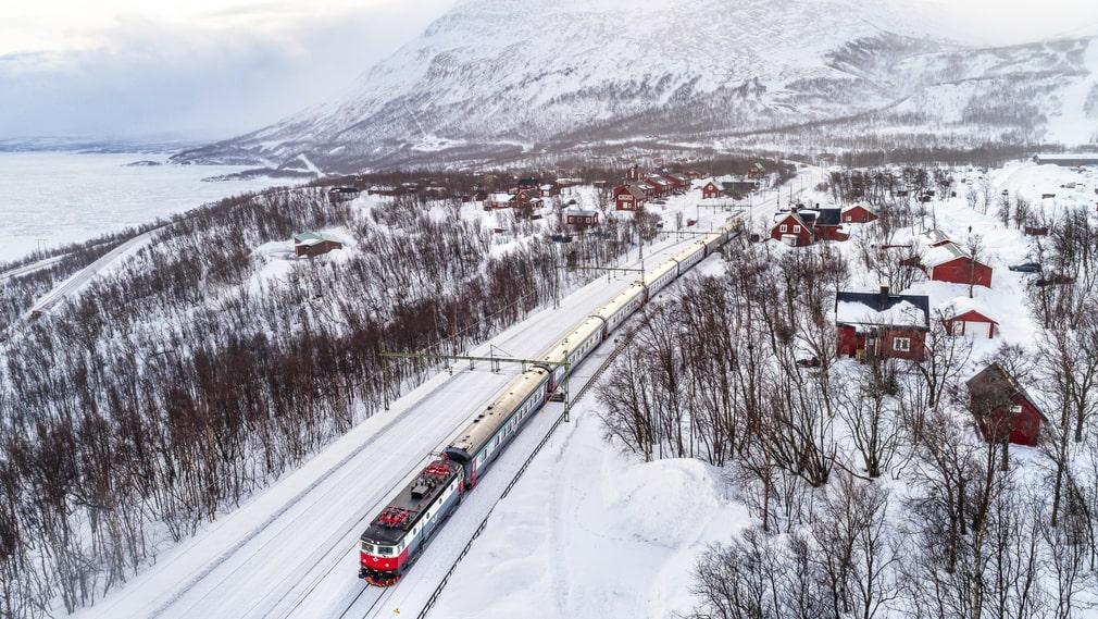 Arctic Circle Train tar tågresenärerna på en färd från Kiruna genom natursköna fjällandskap till norska Narvik.