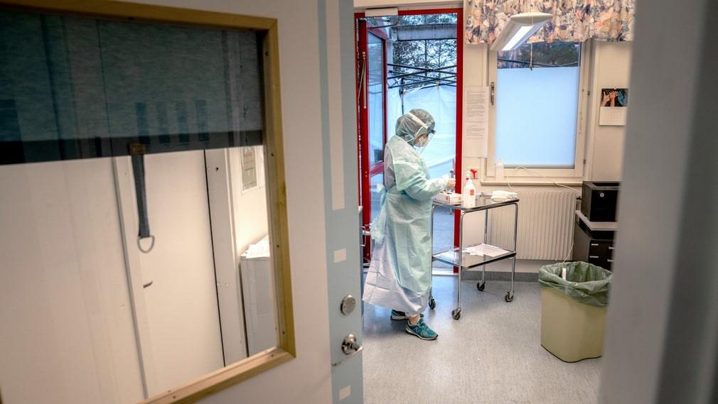 Personal i skyddskläder på infektionskliniken på Karolinska i Huddinge.