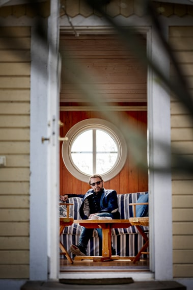 In a cottage on the island Björn Ulvaeus meets a therapist every Wednesday.