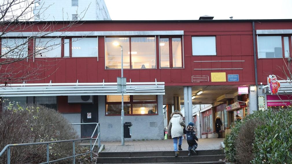 Safirskolan, som tidigare hette Vetenskapsskolan, ligger i den här byggnaden i nordöstra Göteborg. Den är stängd sedan årsskiftet.