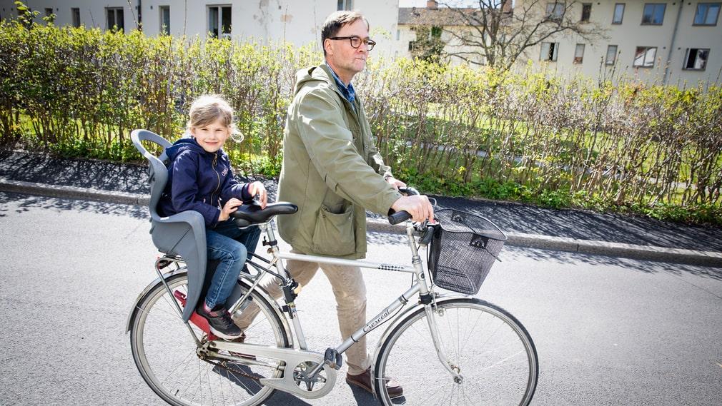 Svante Skoglund med sin dotter Ellen, 5 år. Hennes nya skola ligger nära hemmet, enligt fågelvägen. Men det är både motorled och Änggårdsbergen emellan.