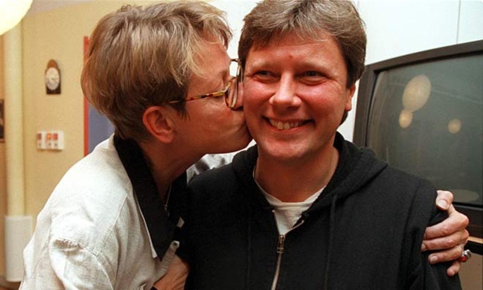 1997. Lars Ohly, då partisekreterare, får en puss av Gudrun Schyman, då partiledare för V, sedan Stockholmsdistriktet röstat fram honom till kandidat till partiledarposten.