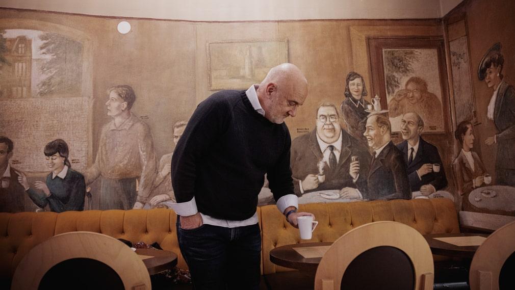 Muralmålaren Lars Gillis skapade 1979 det här verket på en av väggarna inne på Junggrens café på Avenyn. Där syns flera av de som ska ha varit stammisar på 40-talet, som Benkt-Åke Benktsson, Hjördis Petterson, Karin Kavli, Ludde Gentzel och Knut Irwe. Här tar Fredrik Jerlov ofta en kopp.