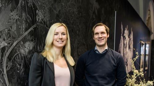 Therese Hillman och Andreas Källström Säfweräng, Altor, vid en tapetvägg på Nordiska museet från kollektionen Flora Hysterica, som Martin Bergström gjort för Photowall – ett av bolagen i företagsgruppen Network of Design.
