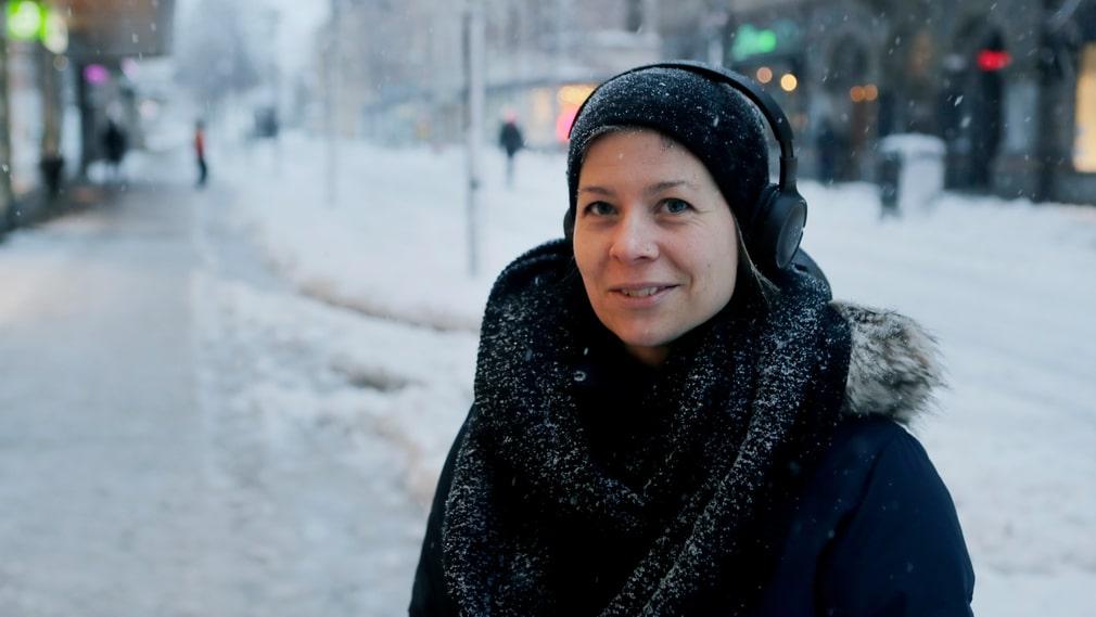 Emelie Wester promenerar till jobbet och säger att hon snöovädret inte inneburit så stora konsekvenser för henne.